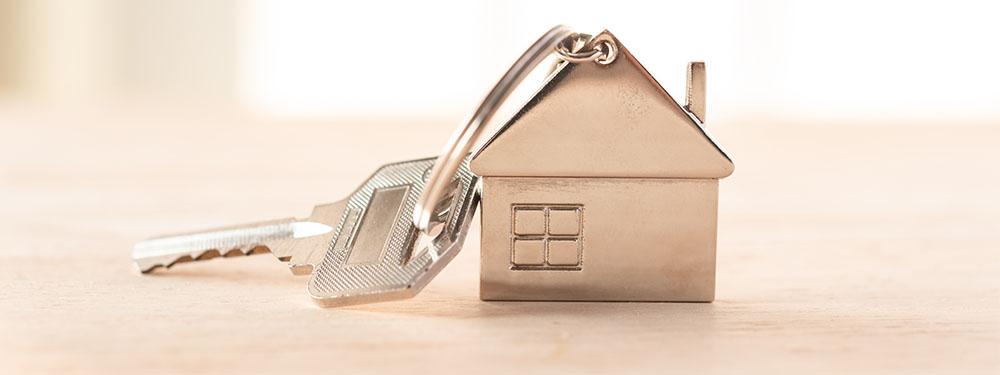 Photo d'une clé avec un porte-clé en forme de maison