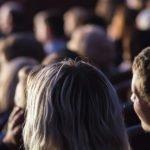 Photo représentant des spectateurs en train de regarder un spectacle