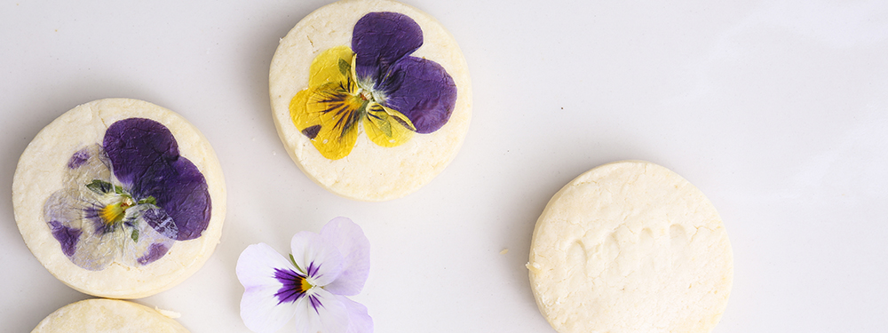 Photo de cookies aux fleurs séchées