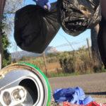 Photo de bénévoles de l'association Sport & Co en train de ramasser des déchets dans le parc des sports