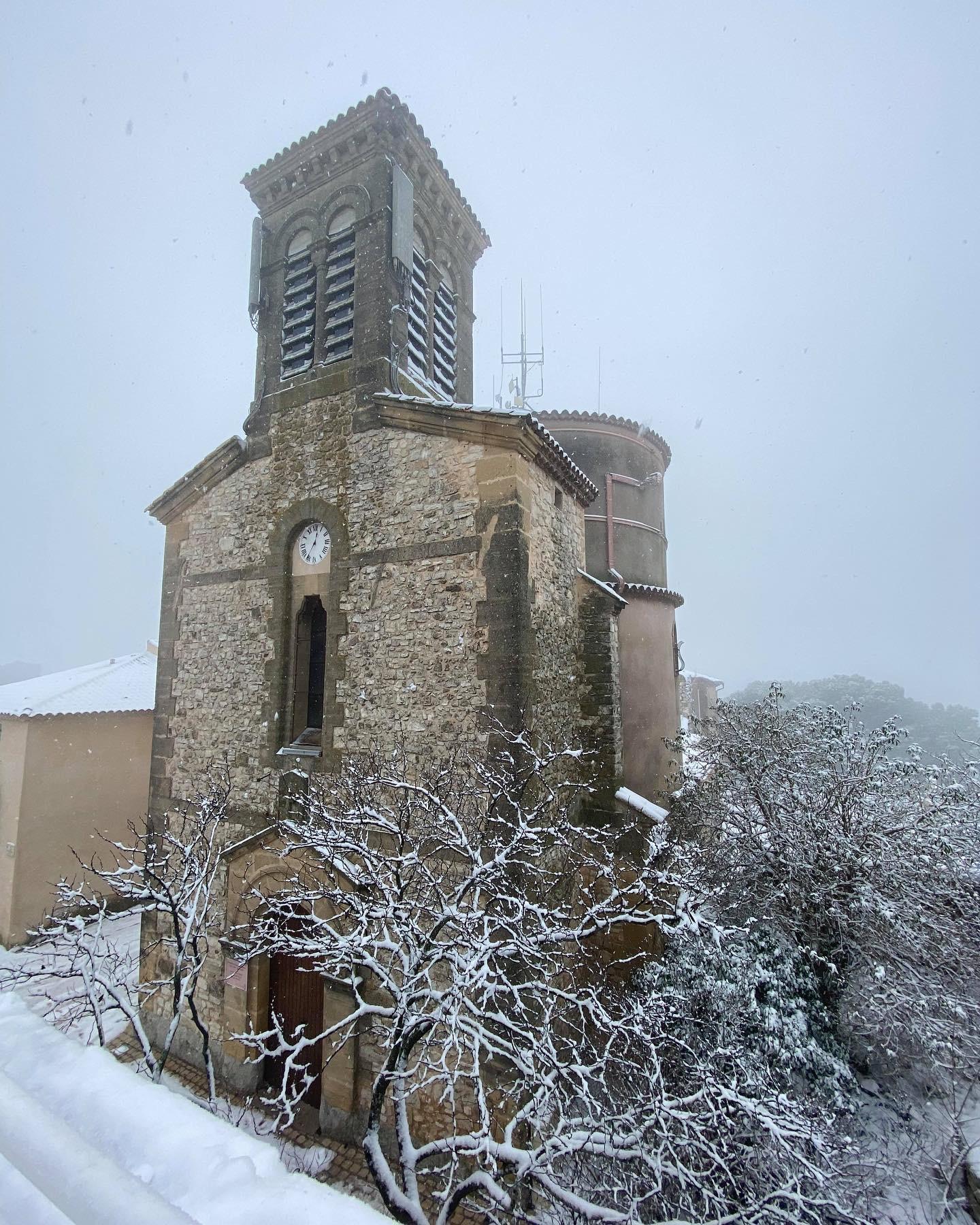 Vue de l'église de Venelles sous la neige