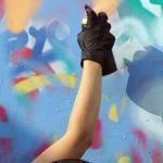 Photo d'enfants en train de graffer sur un mur