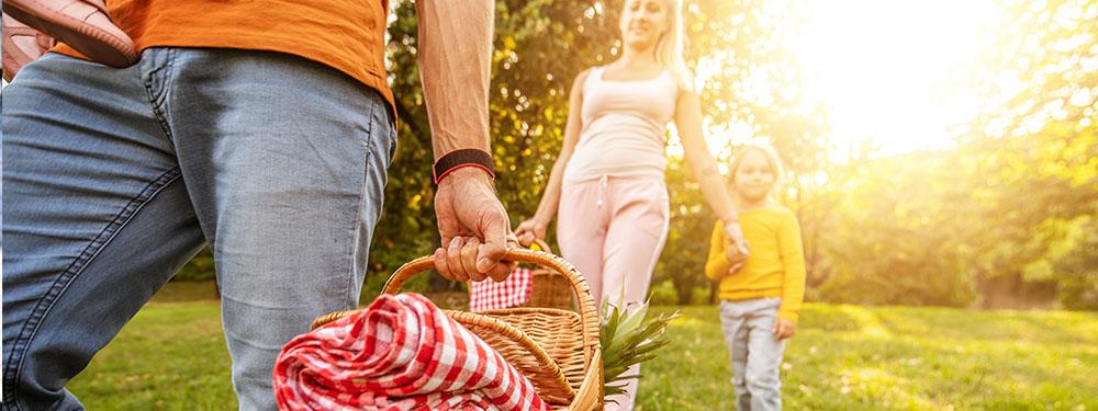 Photo d'une famille en train de pique-niquer