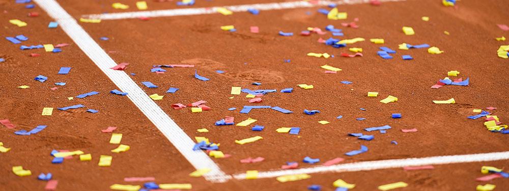 Photo d'un terrain de tennis avec des confettis dessus