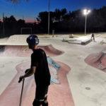 Photo des riders skate, trot et rolliers sur le skatepark de la ville lors des nocturnes