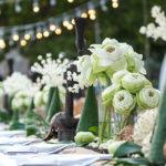 Photo d'une belle table de soirée avec des guirlandes