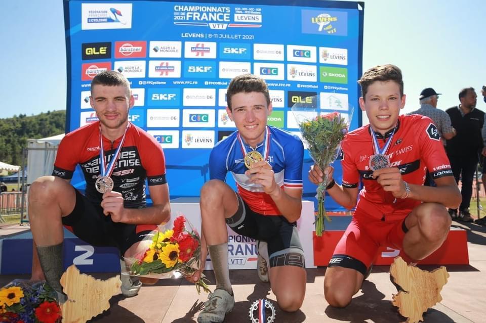 Photo d'Adrien Boichis, champion de France de VTT cross country sur le podium