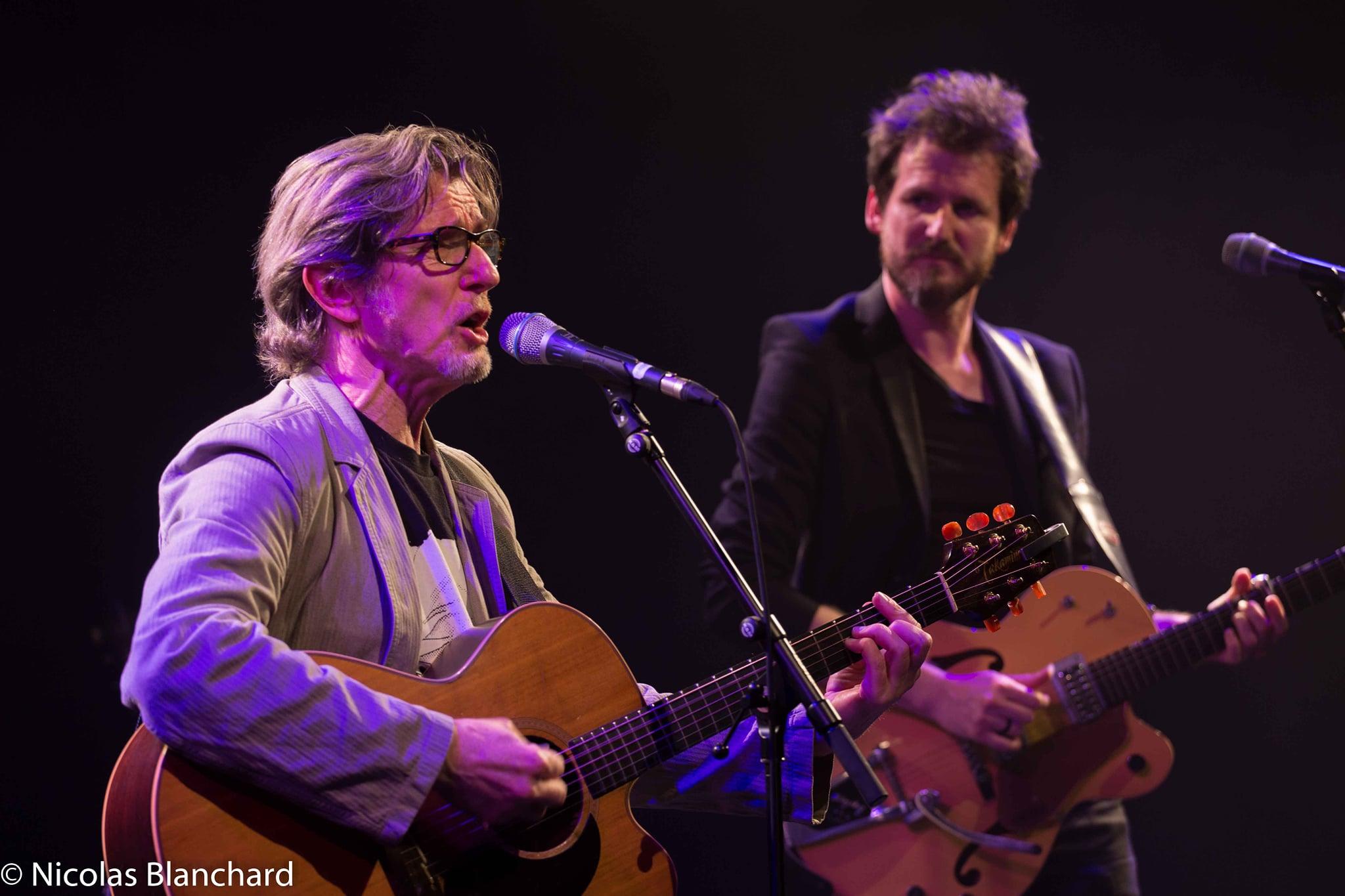 Photo montrant les artistes Bobin & Kent sur la scène de la salle des fêtes pour le concert chanson française de la MJC de Venelles