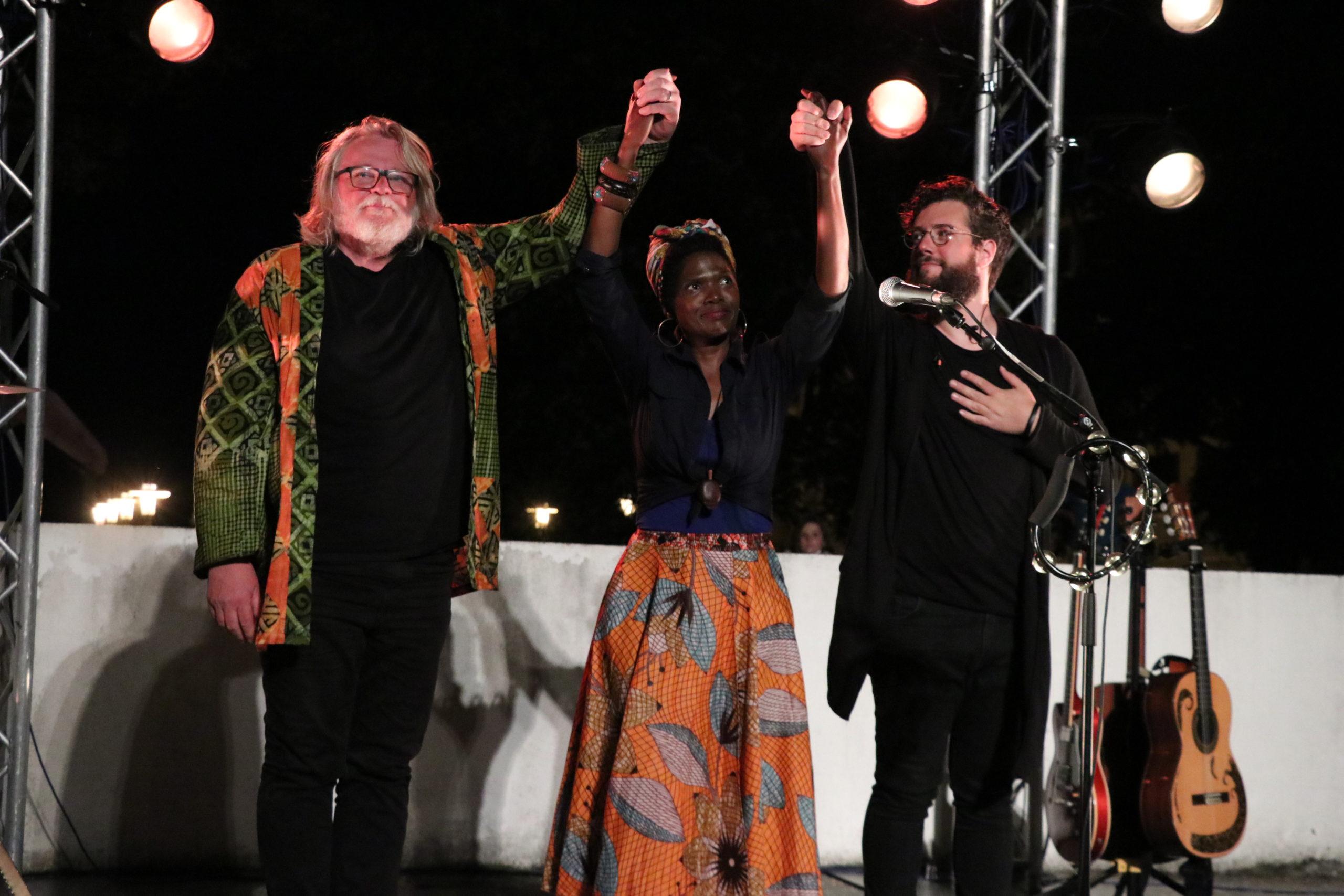 Photo de l'artiste Bongi et de ses musiciens sur scène en train de saluer le public