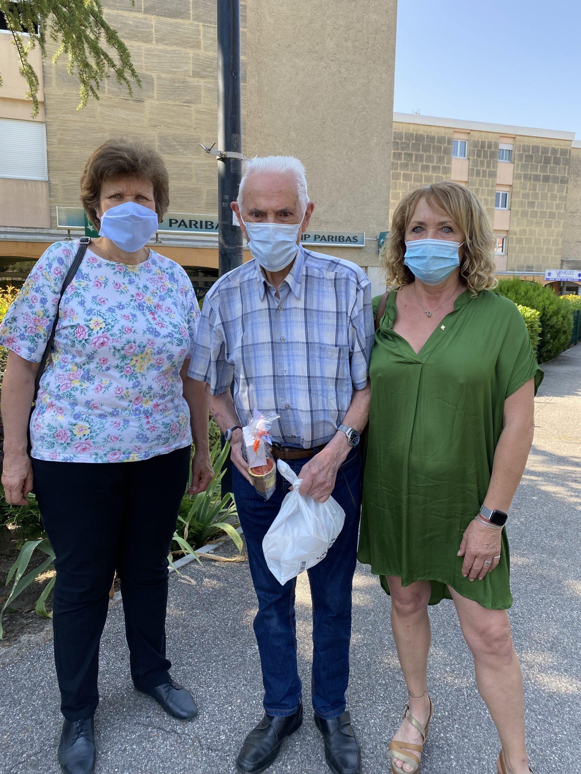 Photo des élus de la ville de Venelles offrant un cadeau à un senior pour la fête des pères