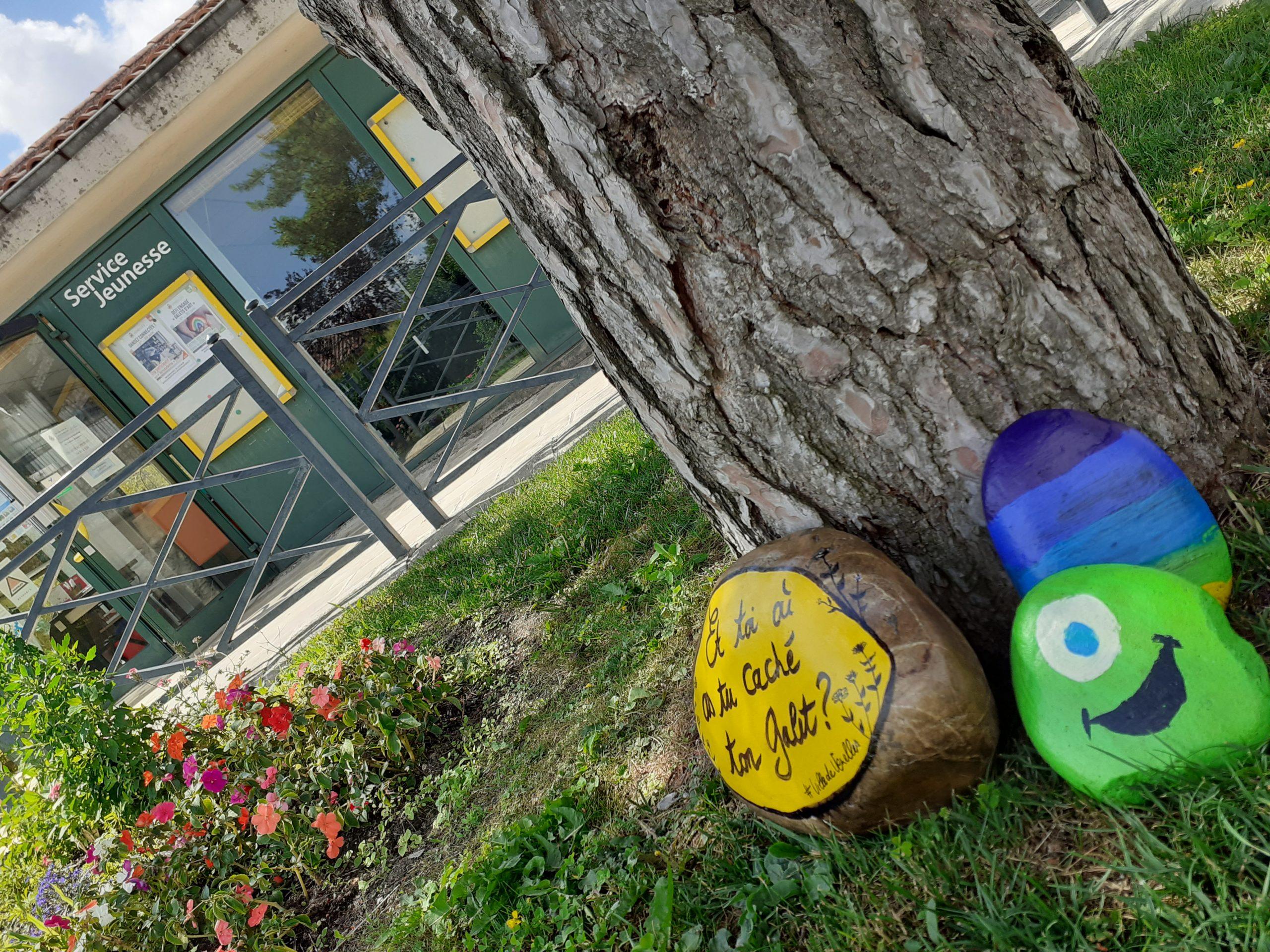Photo de plusieurs galets posés devant le service jeunesse pour l'animation galets d'art