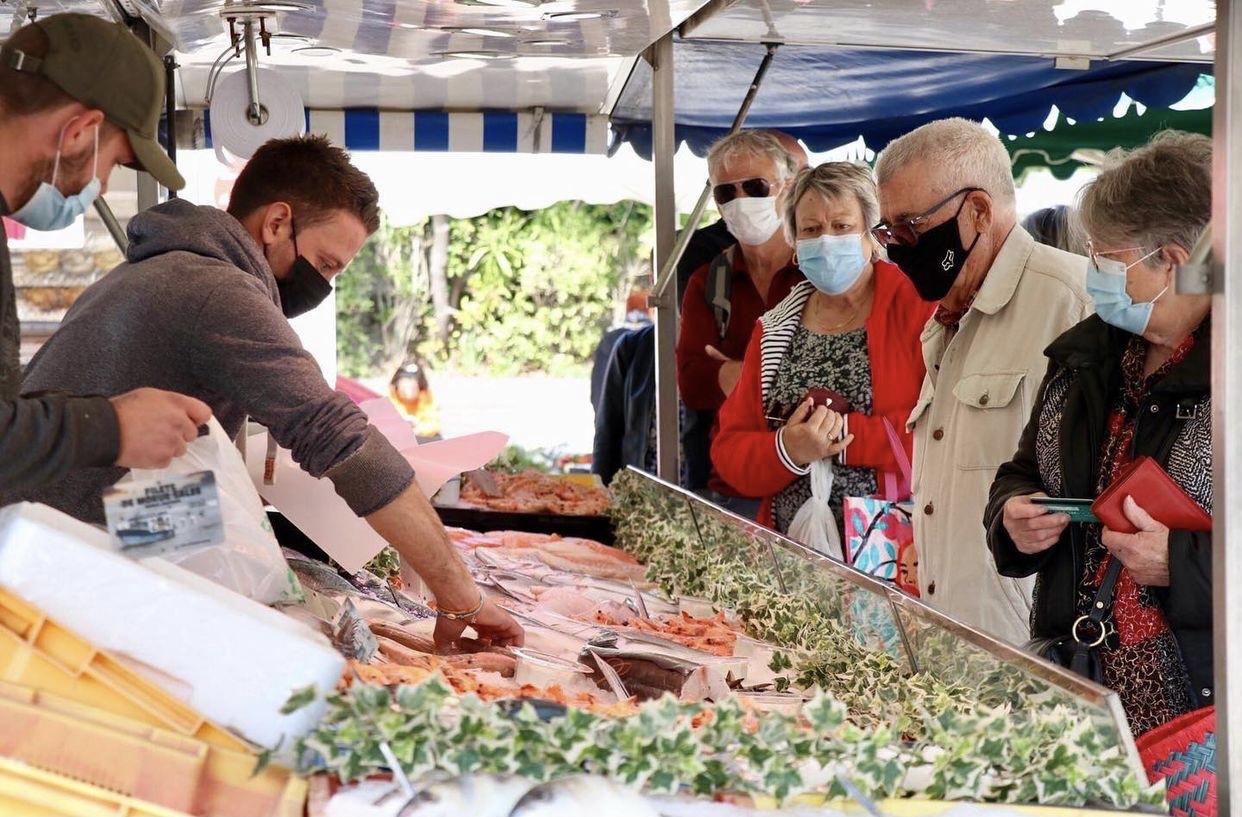 Photo d'un étal du marché de poissons sur le marché de Venelles