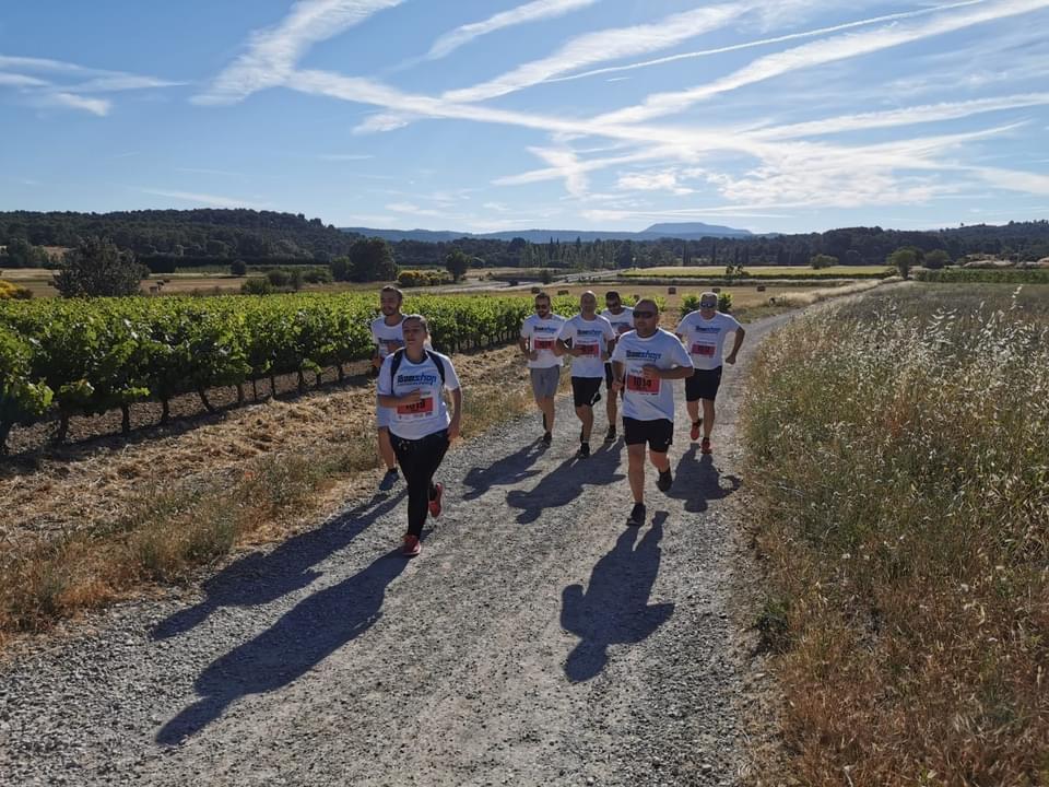 Photo montrant toute l'équipe de la police municipale en pleine course à pieds dans le cadre du Triathlon de l'espoir 2021