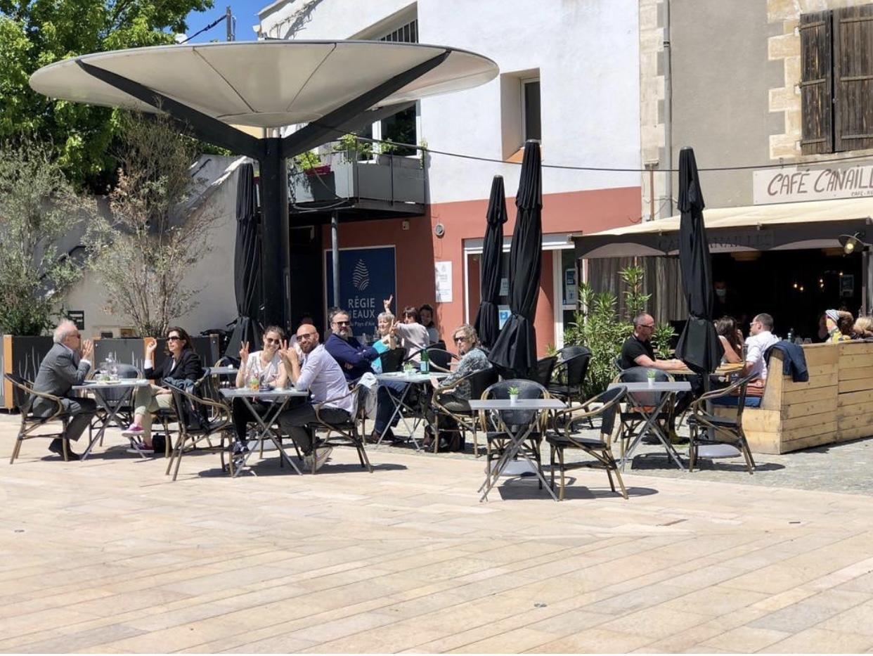 Photo de la réouverture des terrasses à Venelles sur la place des Logis