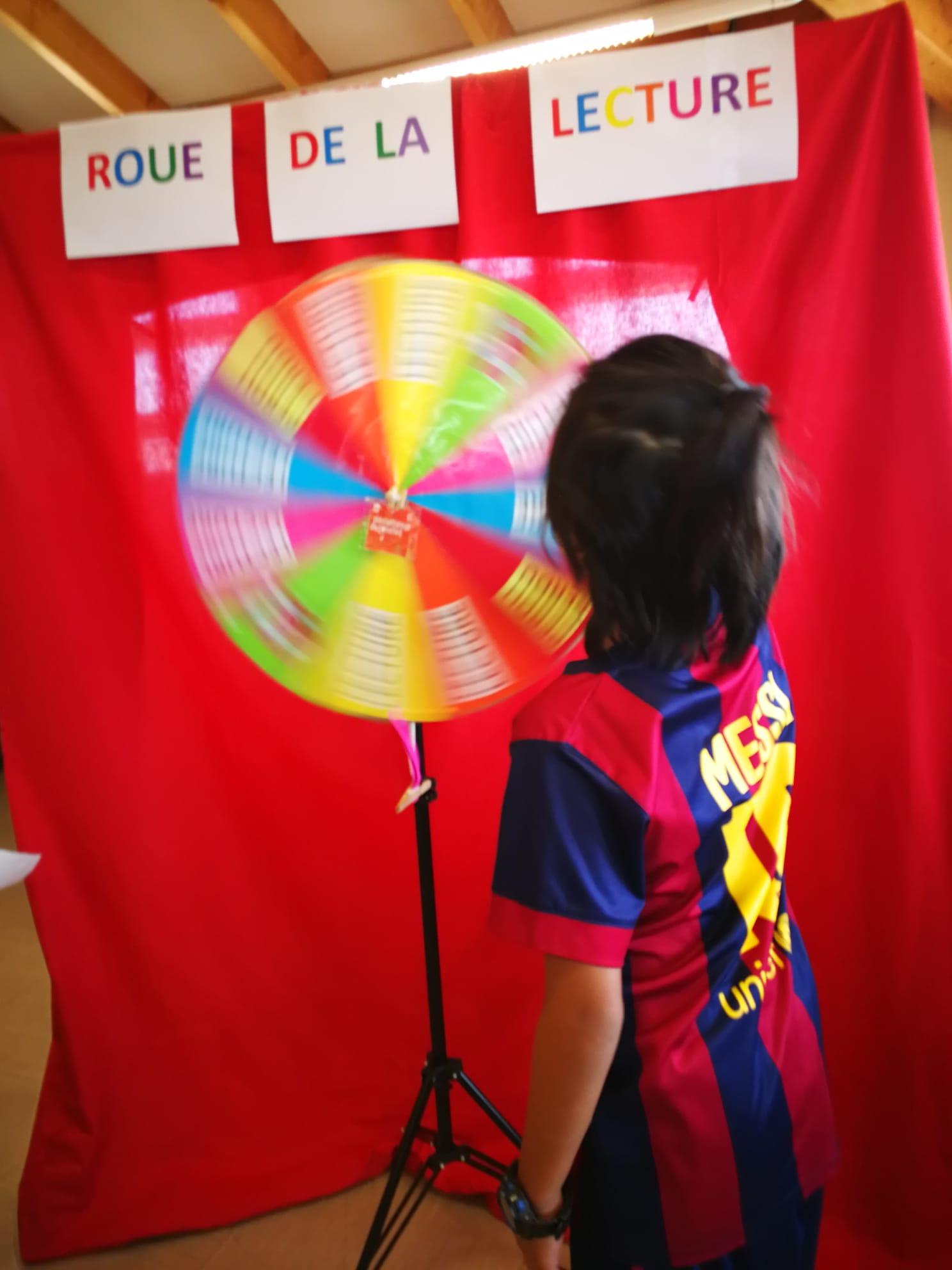 Photo d'un enfant tournant la roue de la lecture de la médiathèque