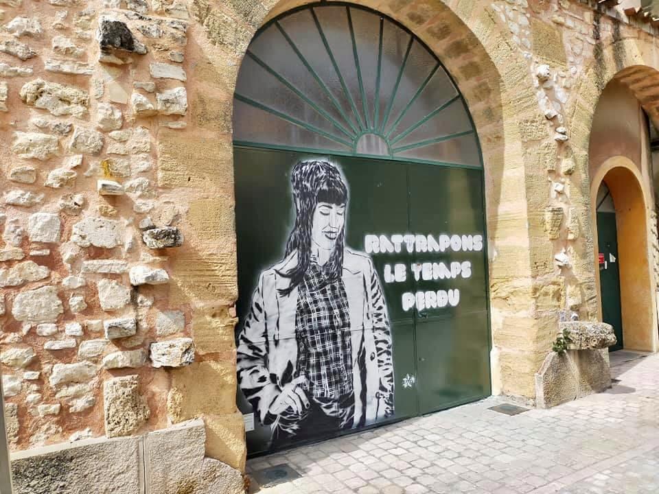 Photo du pochoir monumental à la craie réalisé à Venelles-le-Haut par Raia Stencil portant une inscription qui a beaucoup fait sourire le public