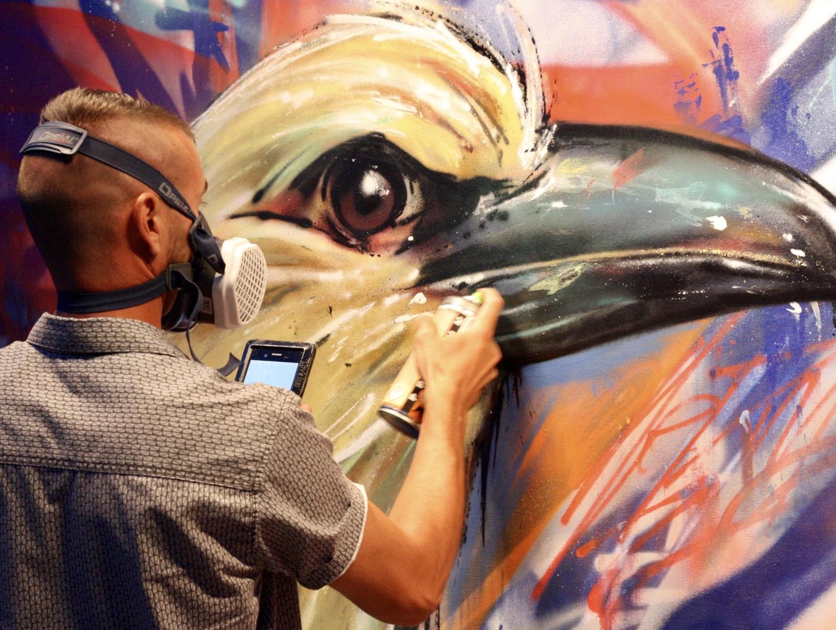 Précision et concentration au zénith pour l'artiste Lowick MNR lors de son live-painting au street nécessaire