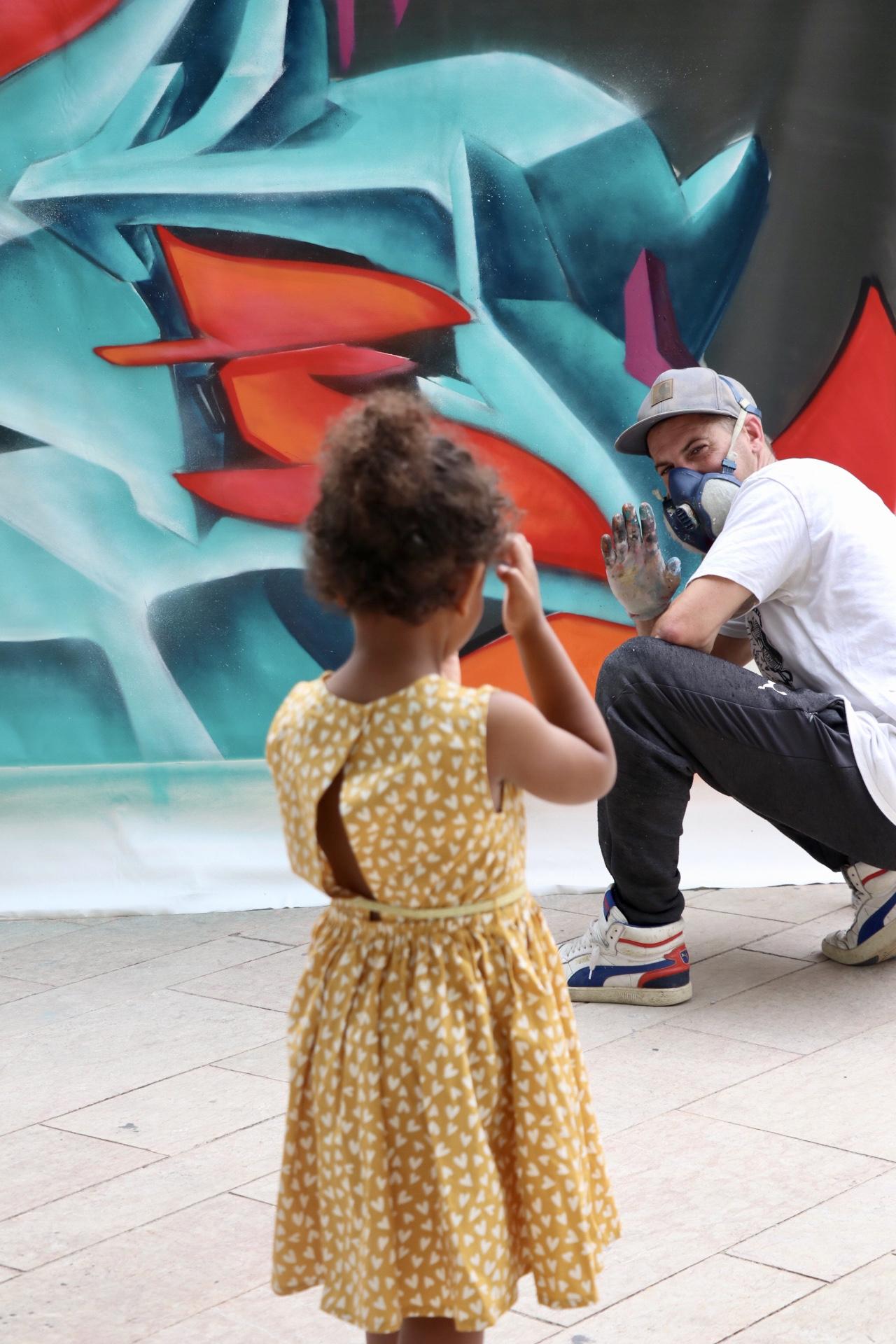 Moments de complicité entre les artistes et le public pendant le street nécessaire
