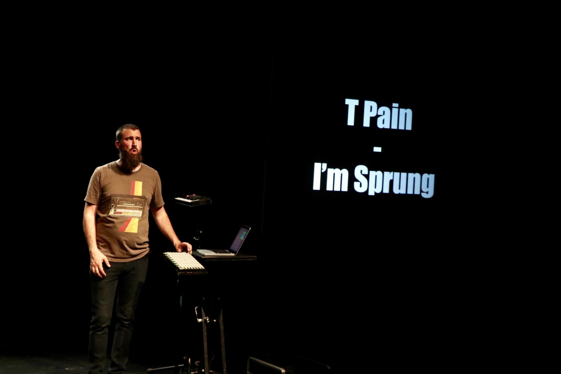 """Photo montrant l'artiste Sapritch sur scène pour son spectacle de théâtre musical """"T'as vu c'que t'écoutes !"""""""