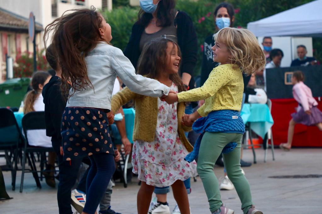 Photo montrant des enfants en train de danser lors du bal pour les festivités du 14 juillet