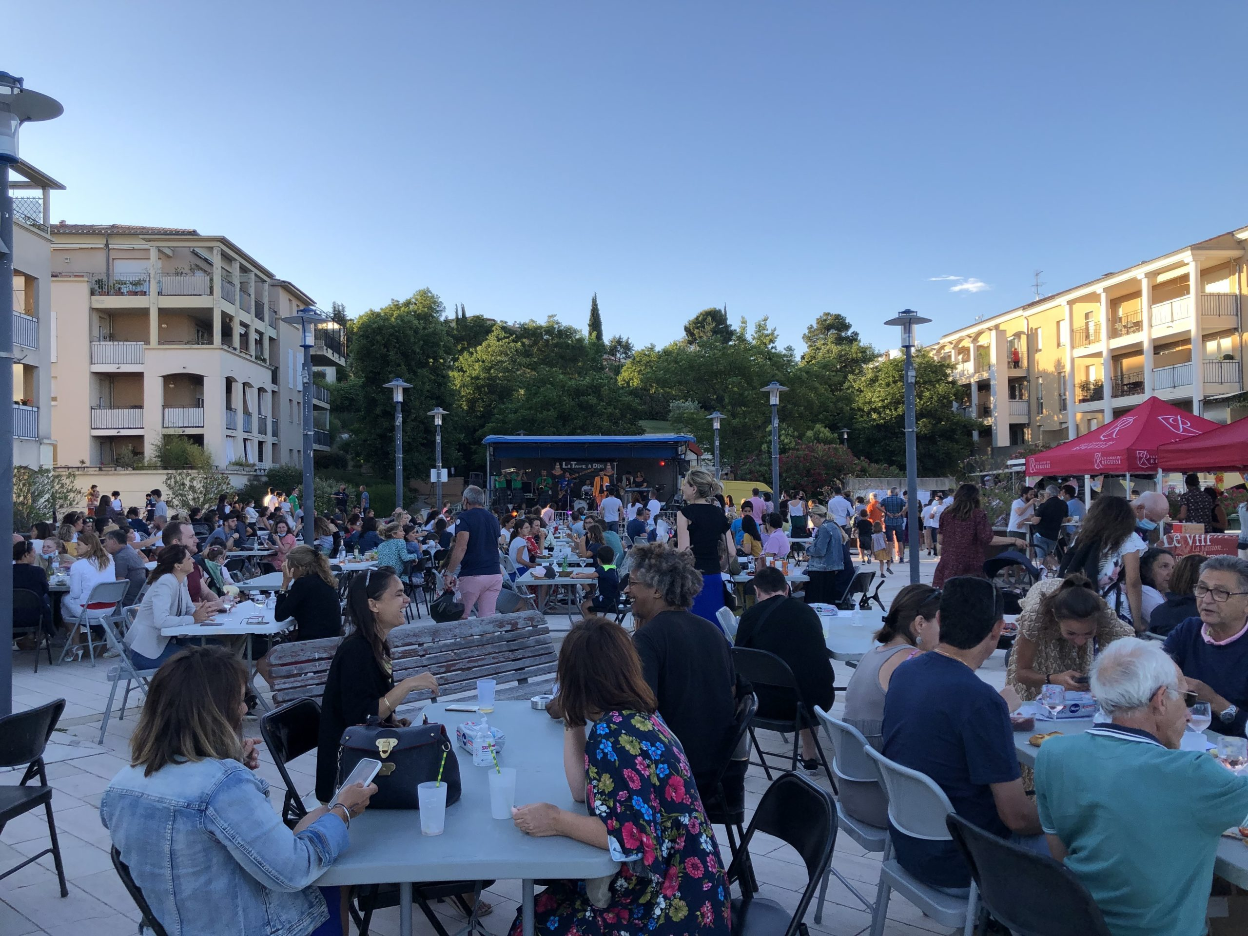 Photo du public attablé devant la scène lors de la fête de la musique de Venelles