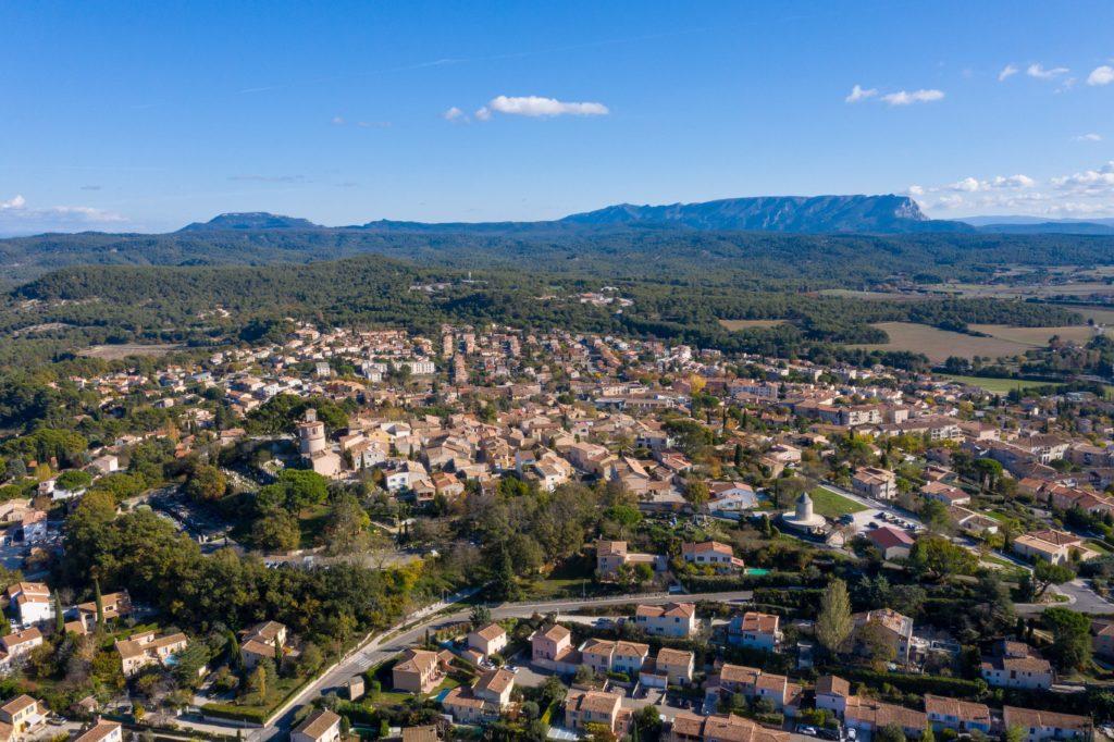 Vue aérienne de la ville de Venelles vue de drone