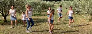 """Photo de Venellois en train de dansez pour l'animation du service jeunesse """"Dansez connectés"""""""