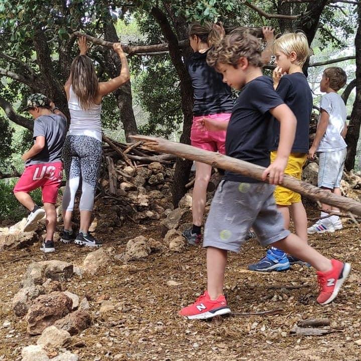 Photo d'enfants en train de fabriquer une cabane lors du stage de survie organisée par la section randonnée de l'USV