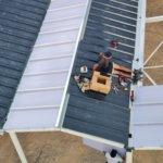 photo pose panneaux solaires sous le nouveau preau de l'école des Cabassols