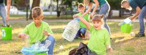 Photo d'enfants et parents en train de nettoyer un parc