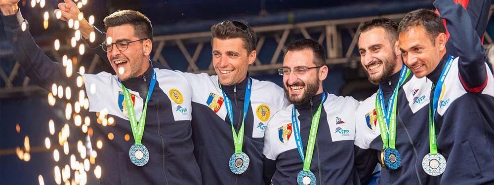 Photo de Mathieu Guinde et son équipe sur le podium des championnats du monde parachutisme