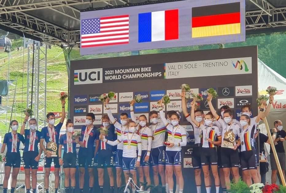 Photo du podium des championnats du monde VTT relais en cross country avec Adrien Boichis et Mathis Azzaro sur la première marche du podium