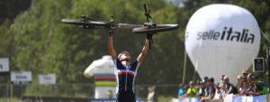 Photo d'Adrien Boichis portant son vélo en signe de victoire pour les championnats du monde 2021