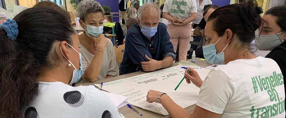 Photo de l'atelier participatif Venelles en transition montrant des Venellois en train de brainstormed sur des projets du quotidien