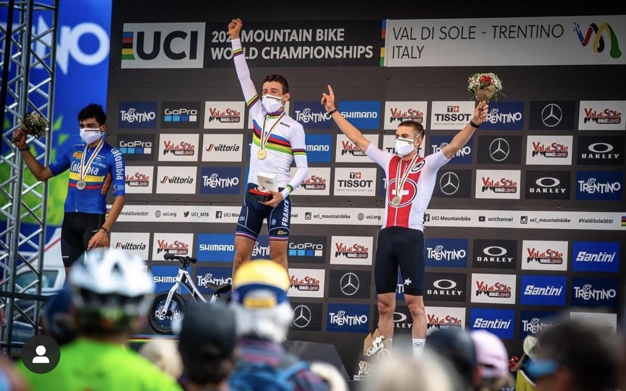Photo d'Adrien Boichis sur la première marche du podium aux Championnat du monde MTB U19