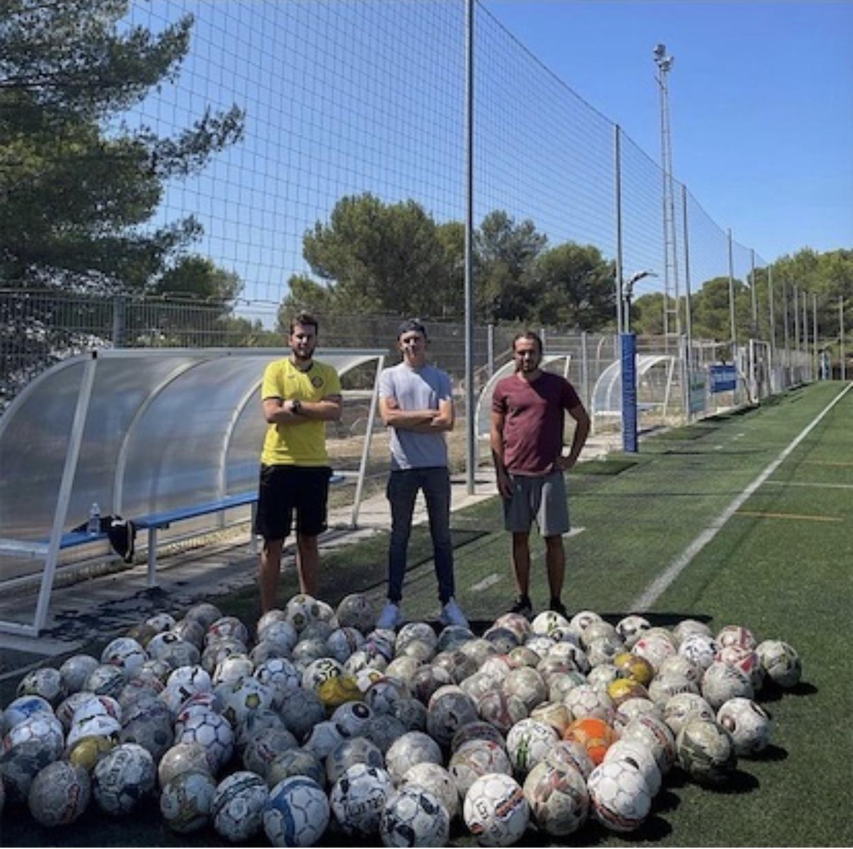 """Photo de l'US Venelles posant devant des ballons avant que ceux ci soient donnés à une association """"Coeur de foot"""""""