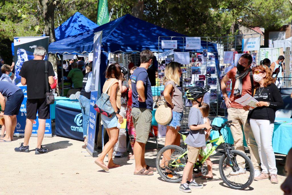 Photo du Forum des associations montrant un stand et des venellois en train de prendre des informations
