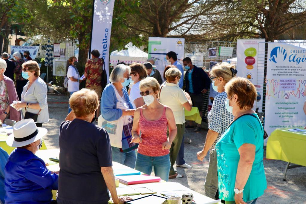 Photo du Forum des associations montrant un stand et des venellois en train d'échanger avec des bénévoles