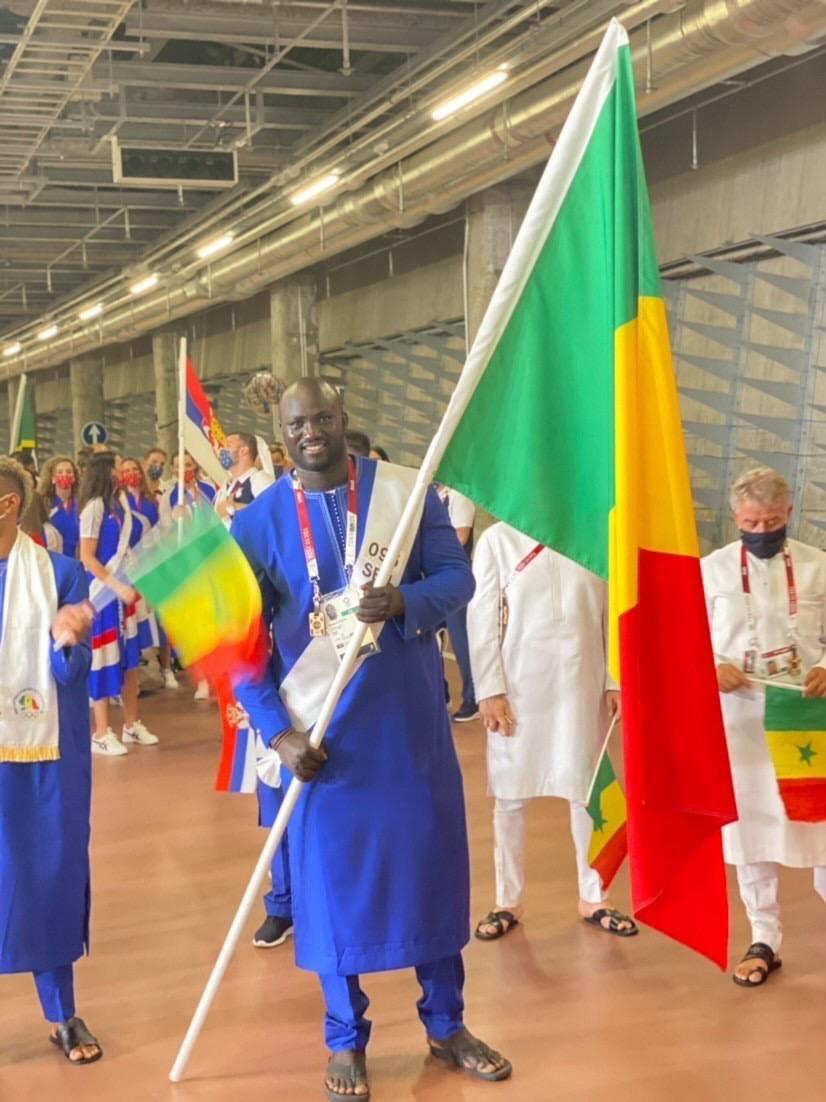 Photo de Mbagnick Ndiaye porte drapeau du Sénégal lors de JO de Tokyo 2021