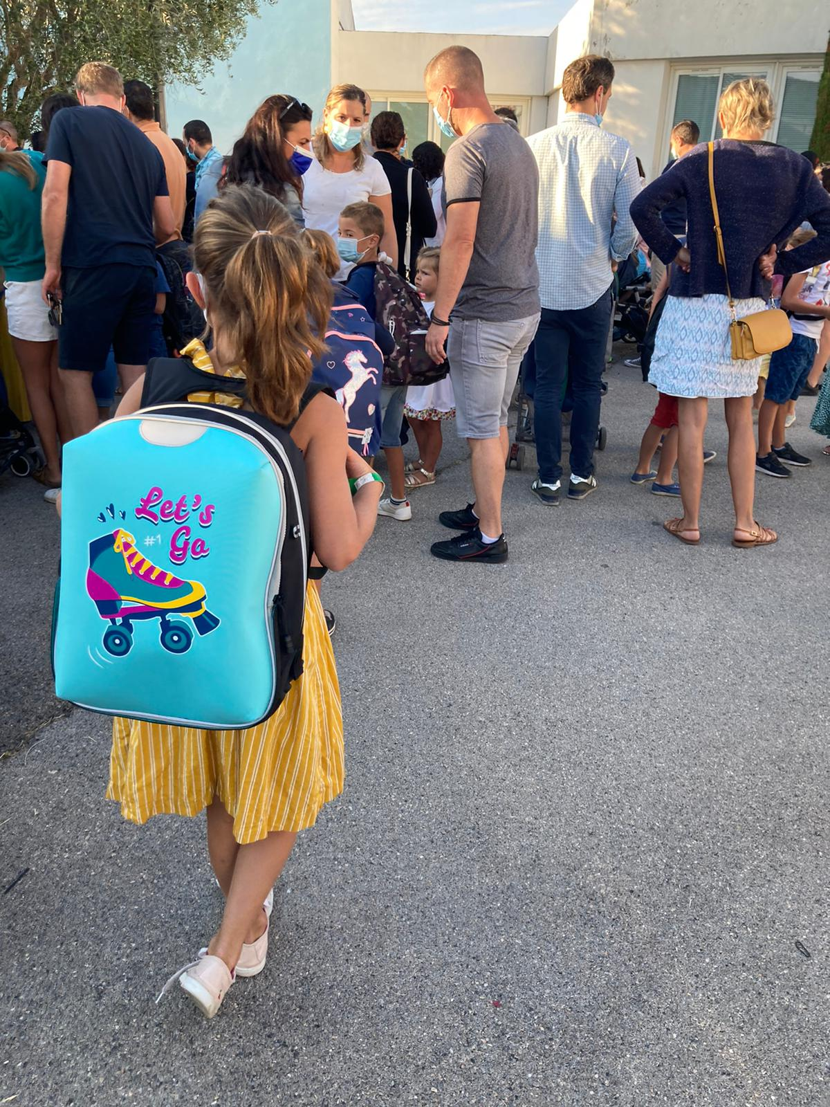 Photo de la rentée des Venellois montrant une petite fille avec son cartable sur le dos