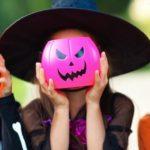 Photo de 3 petites filles déguisées pour Halloween avec des citrouilles à la place des visages