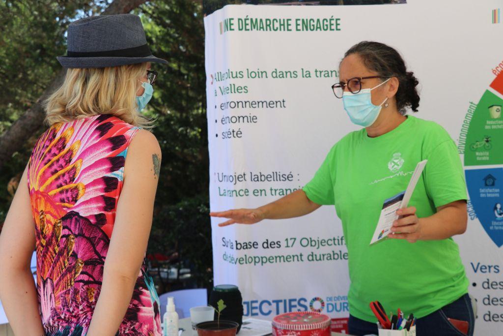 Photo d'un stand lors du Forum des associations pour expliquer la démarche inédite Venelles en transition