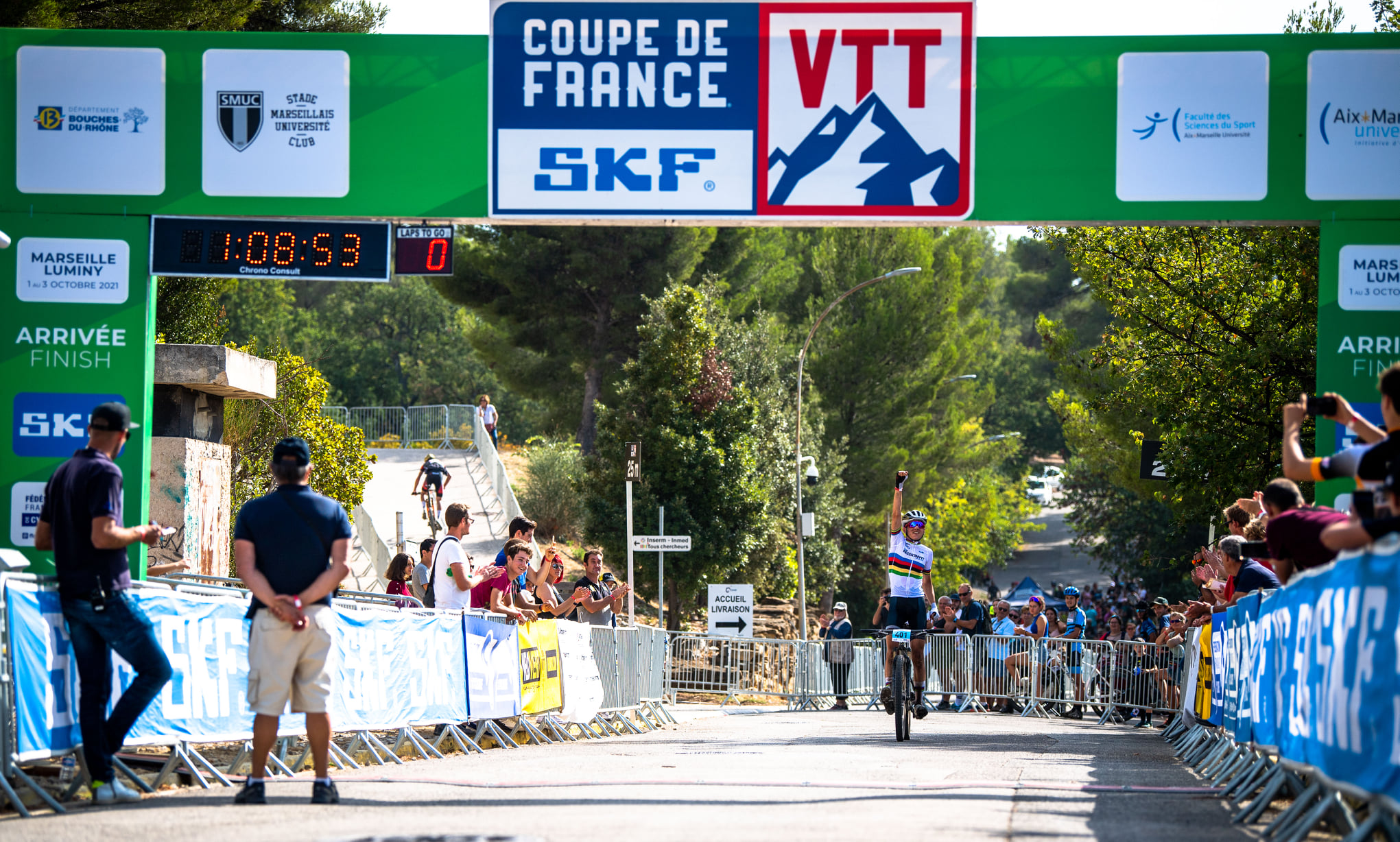 Photo d'Adrien Boichis sur la ligne d'arrivée de la coupe de France SKF de VTT