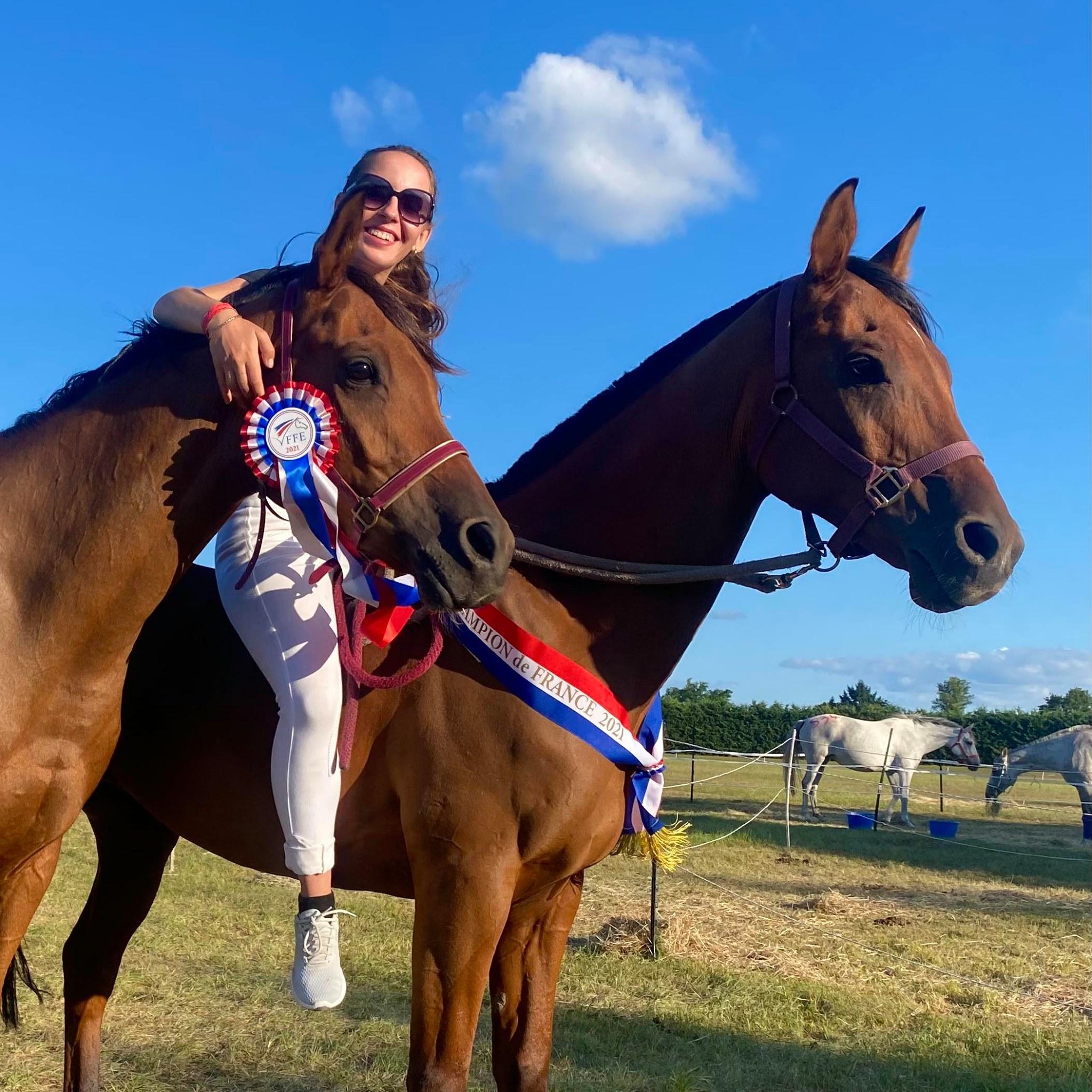 Photo de Camille Coulomb avec ses médailles au Championnat de France d'équitation