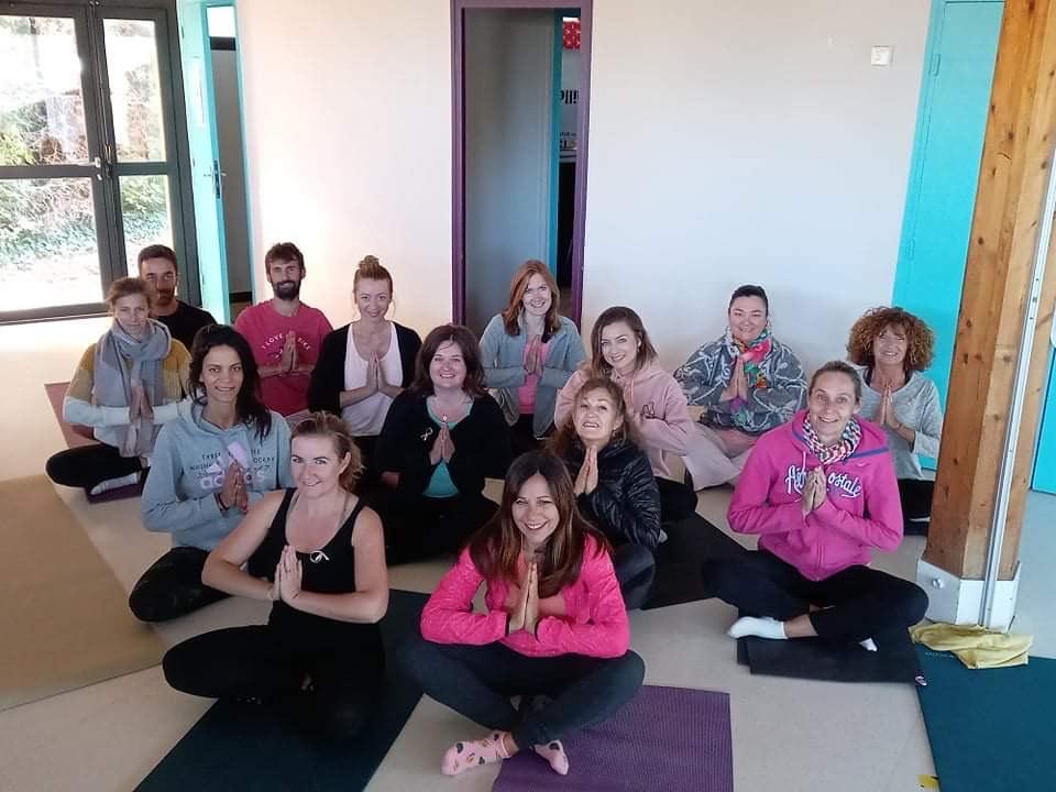 Photo de l'équipe de l'association Sport & Co Venelles en pose yoga pour octobre rose