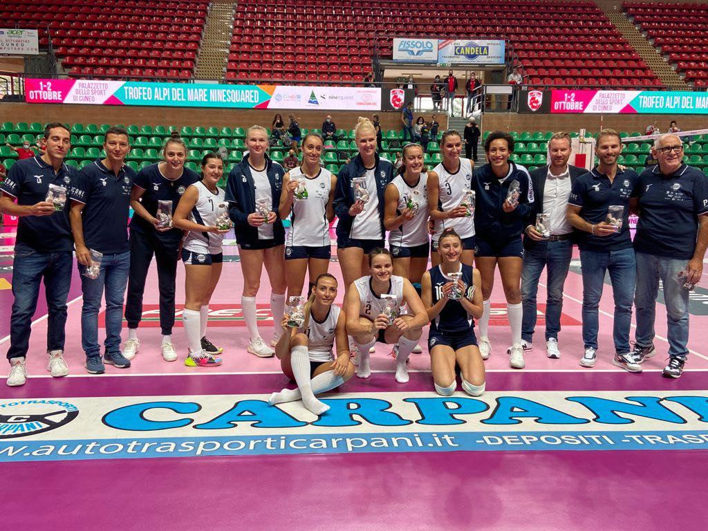 """Photo du PAVVB avec leur trophée """"di mare"""" où elles ont remporté la 3e place"""