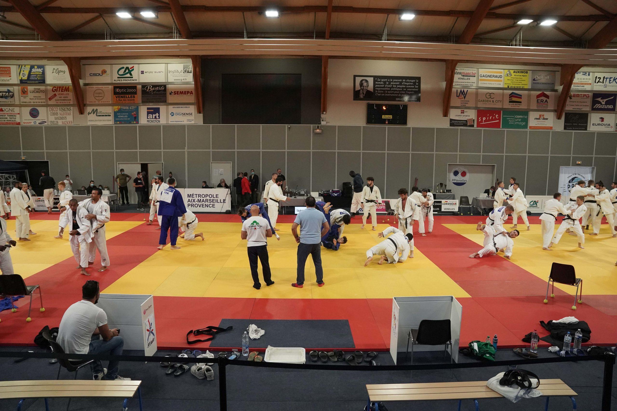 Photo de judokas en train de s'échauffer lors du Tournoi international de judo